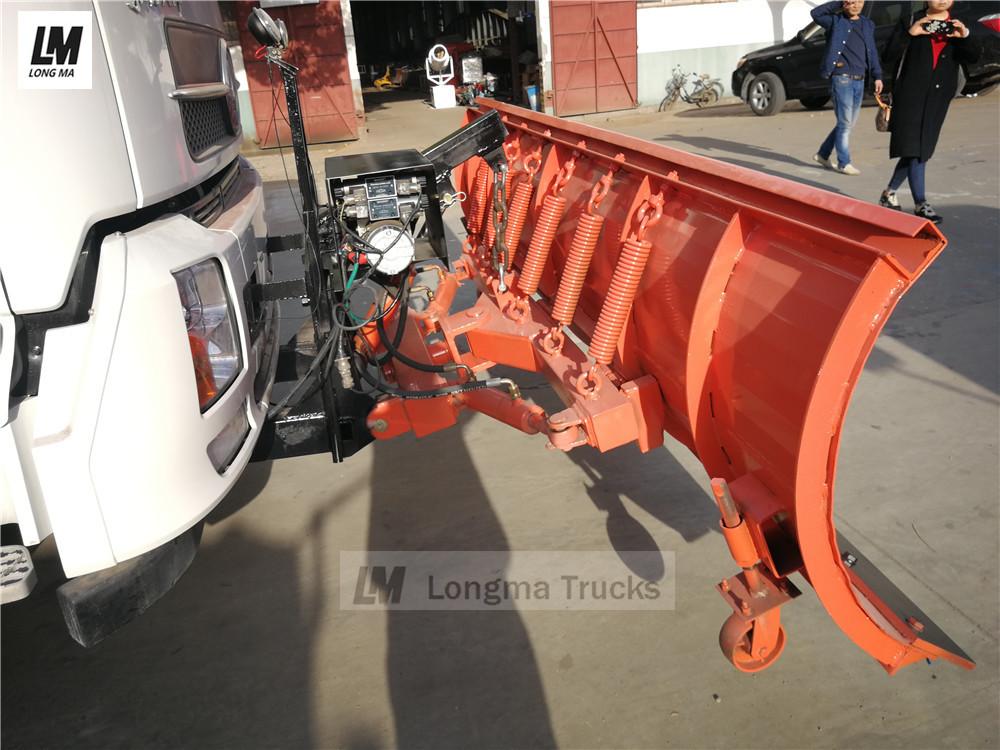 imagem detalhada do arado de neve no caminhão de remoção de neve dongfeng